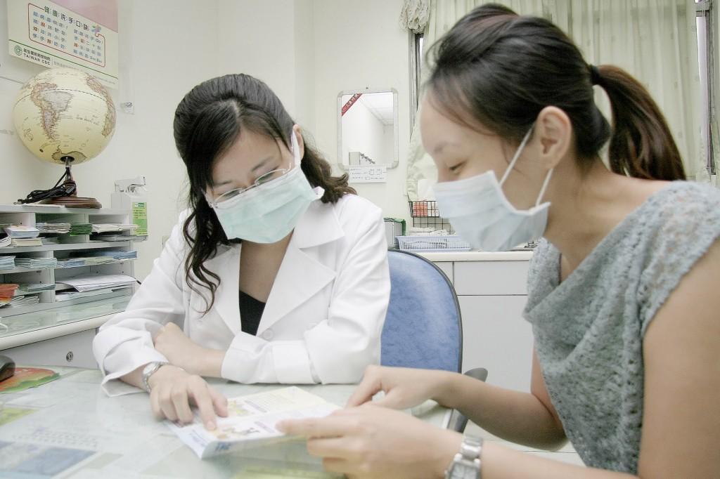 民眾出國前可先至國內旅遊醫學門診合約醫院尋求專業旅遊醫療諮詢、疫苗接種及預防用藥等評估。(圖/疾管署)
