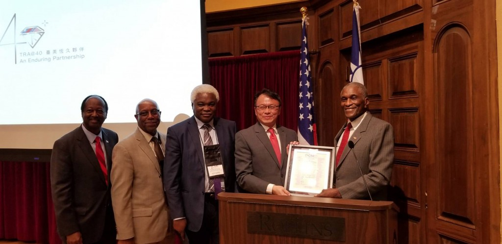 WCM Founder and Johnny Fordhands a copy of the resolution over to David Chien, director-general of TECO in Miami (Source: CNA)