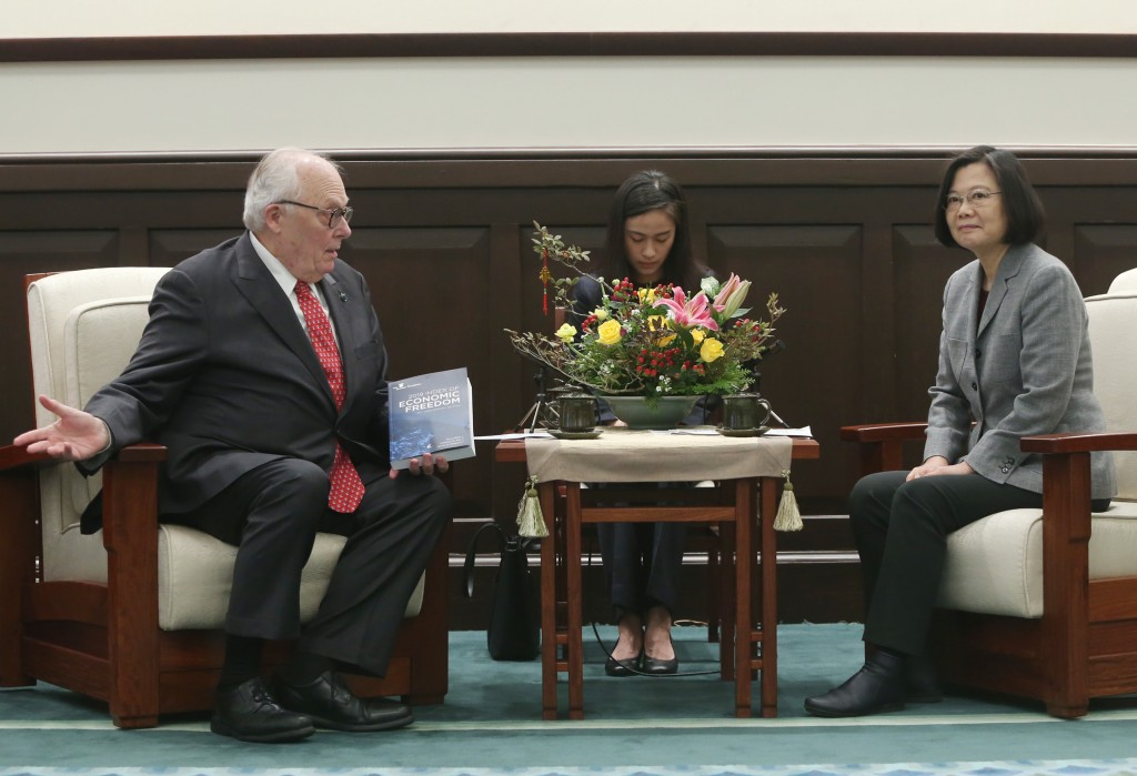 Edwin J. Feulner, Jr., founder of the Heritage Foundation, meets with President Tsai Ing-wen on Jan. 31 in Taipei (Source: CNA)