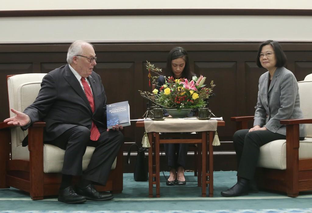 美國智庫傳統基金會創辦人佛訥31日會見總統蔡英文時表示,他...