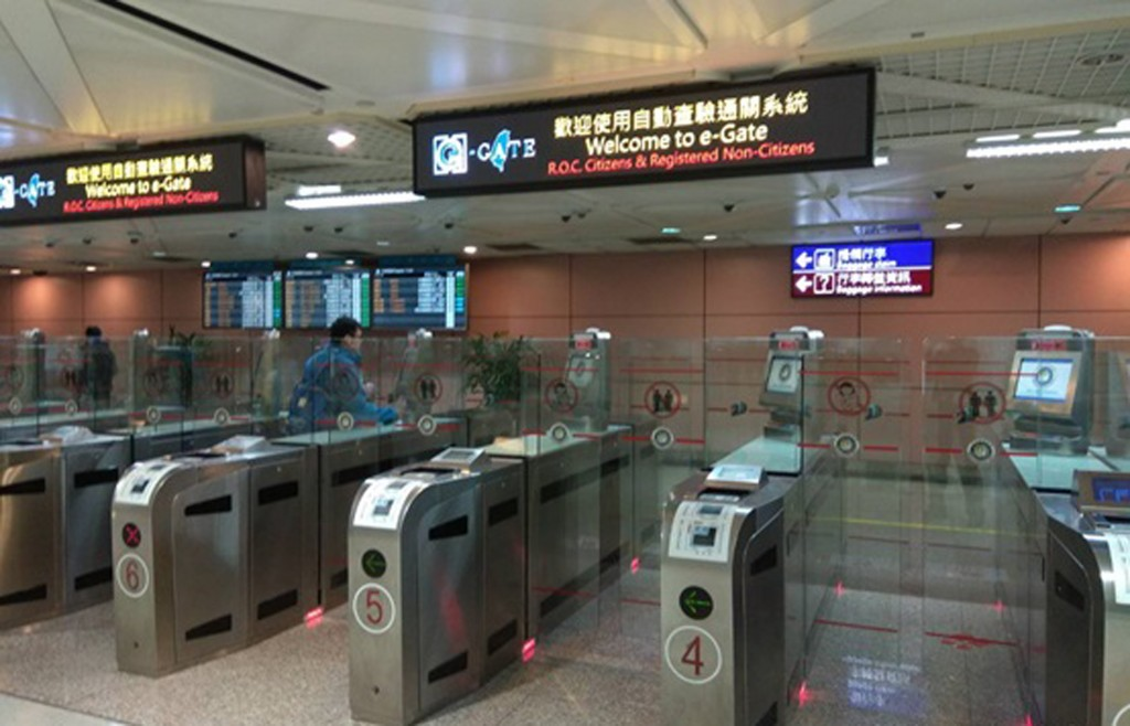 Taoyuan International Airport advises passengers to use the e-gates to avoid congestion during the Lunar New Year holiday.