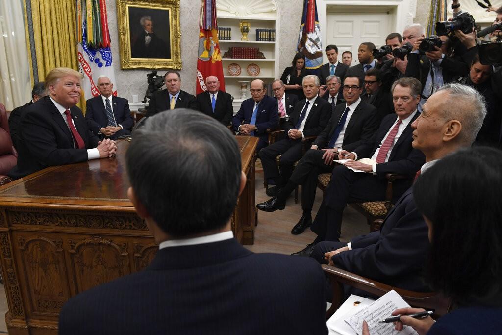 ▲中國國務院副總理劉鶴被安排在川普辦公室與他見面,但他其他人一起坐在一般的椅子上,而川普本人則坐在自己的辦公椅,宛若下屬見上司(圖/美聯社