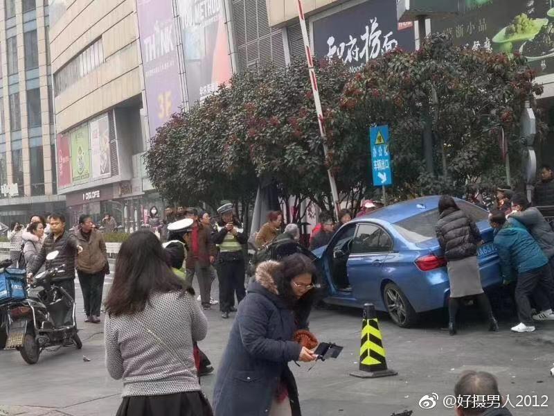 台灣雄獅旅遊團今(3)日於上海發生意外,造成1死9傷。(圖/好攝男人2012微博網頁weibo.com)