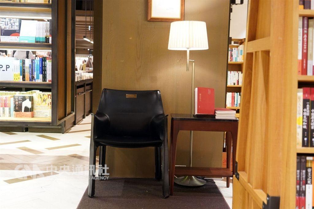 每一間誠品書店,都有一張義大利品牌Cassina的經典皮椅,懷念已故創辦人吳清友成立誠品那份「款待」的初心(圖/中央社)