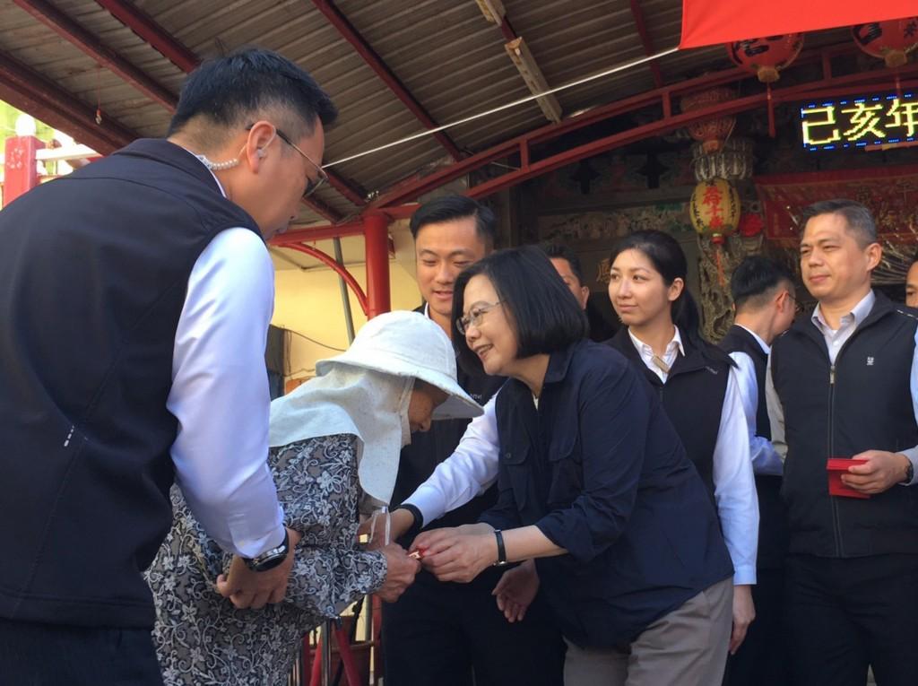 總統蔡英文7日回家鄉屏東楓港發紅包(照片來源:中央社提供)