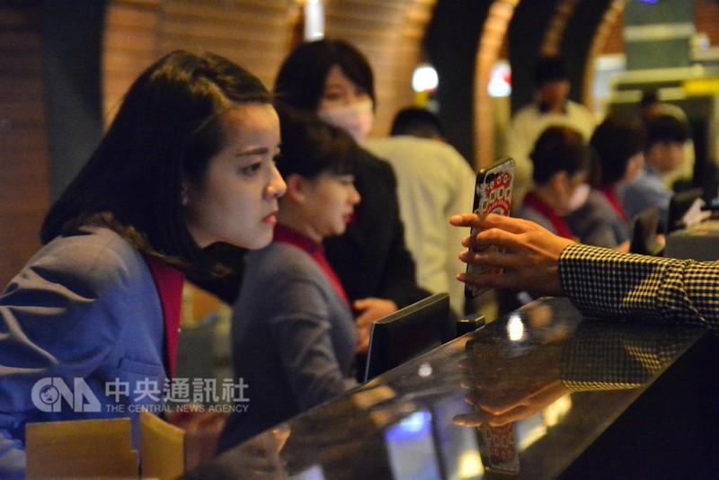 桃園機場第一航廈,華航員工8日在報到櫃臺忙著為旅客解釋班機異動狀態(中央社)
