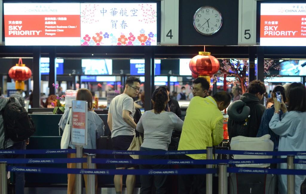 桃園市機師職業工會華航分會宣布8日凌晨6時啟動罷工。圖為桃園機場華航櫃檯(照片來源:中央社提供)