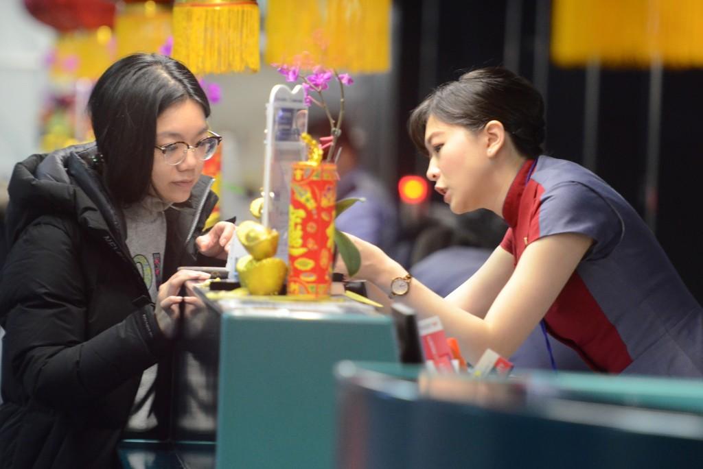 機師工會華航分會罷工  旅客詢問航班資訊。