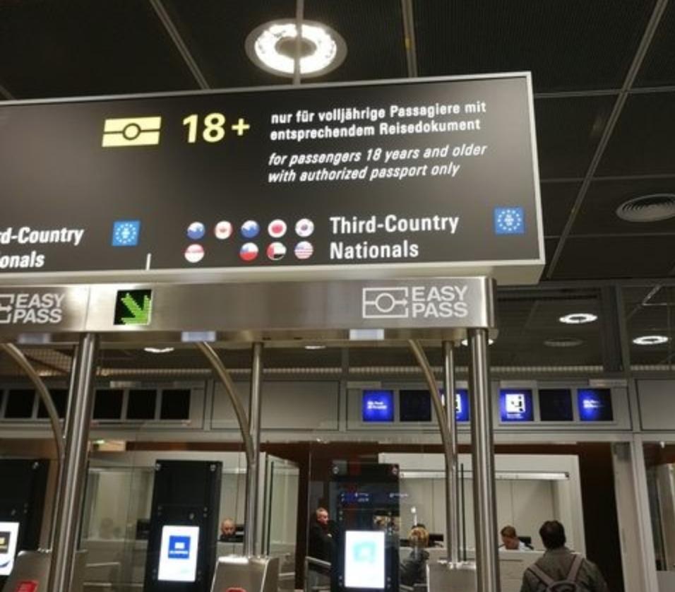臺灣國旗在法蘭克福機場自動通關告示牌上遭塗銷(照片翻攝自PTT)