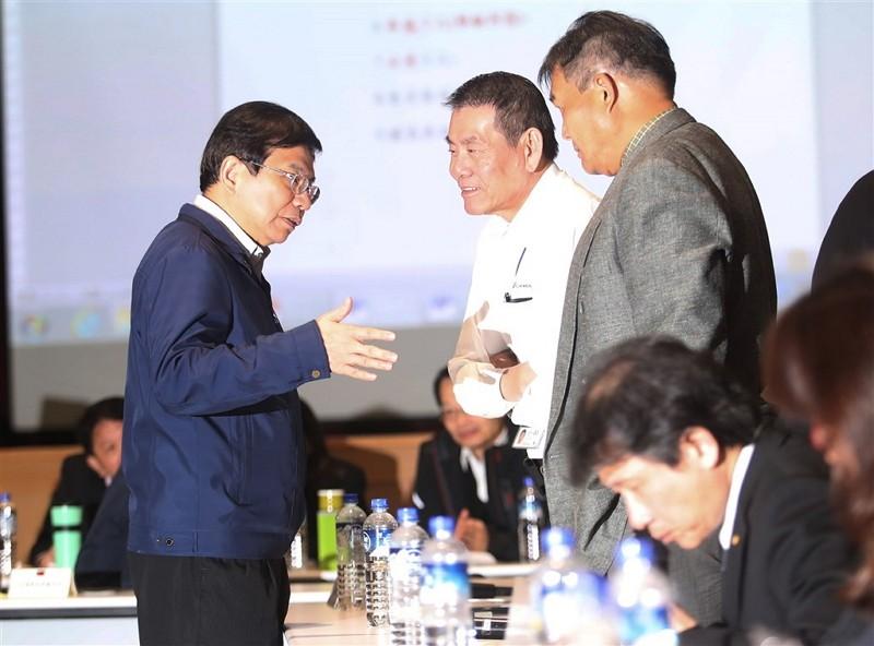 交通部政務次長王國材(左)與華航公司總經理謝世謙(左2)