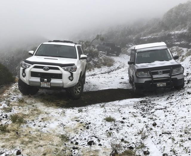 極端氣候來襲 夏威夷山頭罕見出現靄靄白雪!