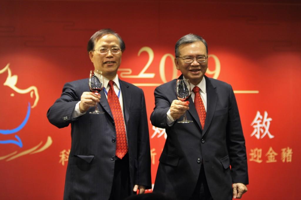 中華電信鄭優董事長(右)總經理謝繼茂(左)在該公司2019年新春媒體餐敘上強調,將帶領公司展開大規模策略轉型計畫:「躍升2021;rise...