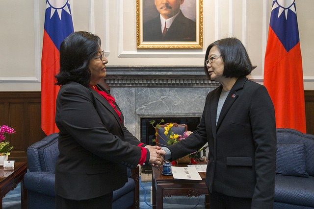 Neijon Rema Edwards, Marshallese envoy to Taiwan, presents the letter of credence to President Tsai Ing-wen on Feb. 15 (Source: Presidential Office)