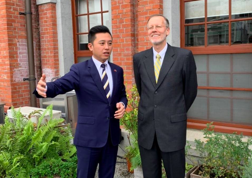 Hsinchu mayor Lin Chih-chien (left) with AIT Director Brent Christensen (right) (AIT image)