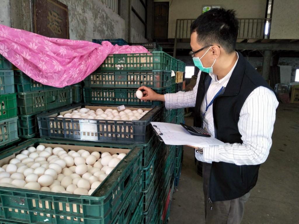 食藥署13日接獲農委會通知彰化縣「順弘牧場」雞蛋芬普尼超標2至6倍, 彰化縣衛生局獲報前往牧場追查雞蛋流向。