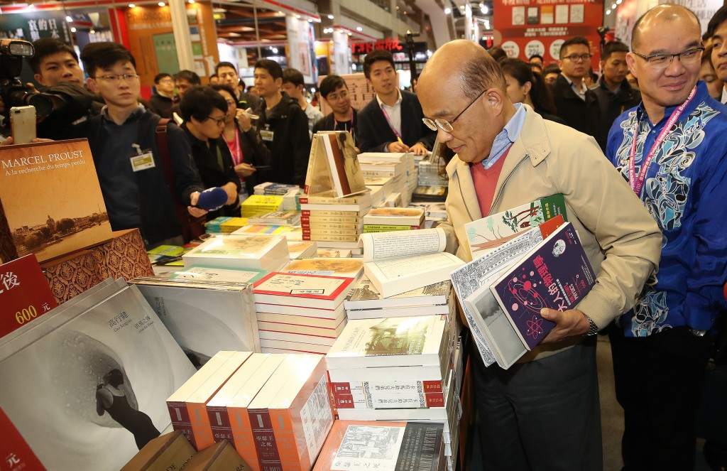 Premier Su Tseng-chang (second from right) at the Taipei International Book Exhibition Saturday.