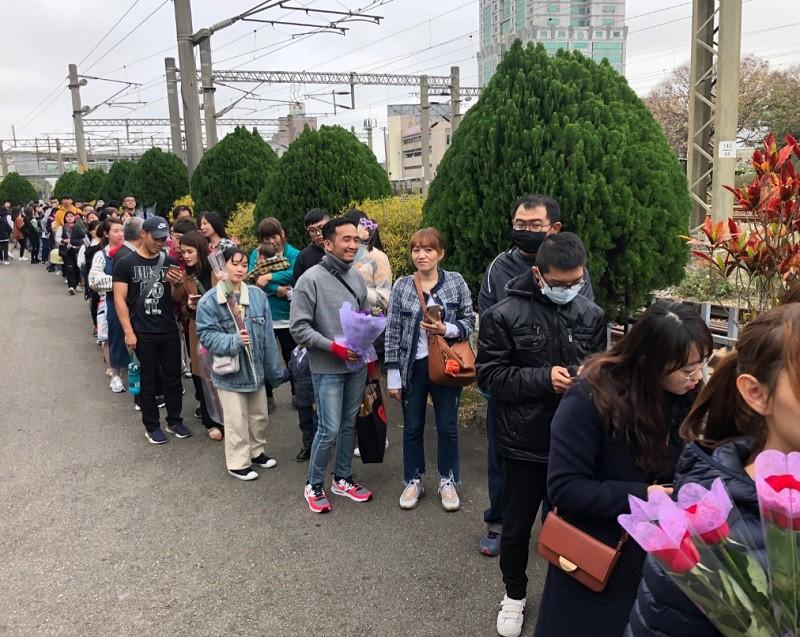 台英爺孫戀修成正果 苗栗婚禮500人送鮮花祝福