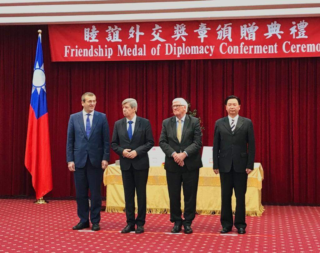 吳釗燮18日頒贈睦誼外交獎章予歐洲議會友臺小組成員蒲睿達(左起)、庫侃及貝爾德三位議員