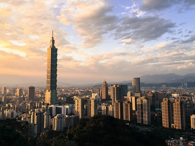 A view of Taipei City from the top of Xiangshan, or Elephant Moutain (Image credit of flickr user David Hsieh)