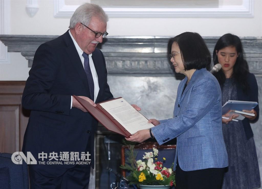 總統蔡英文(前右)與友台小組主席朗根(左)(圖片來源:中央社)