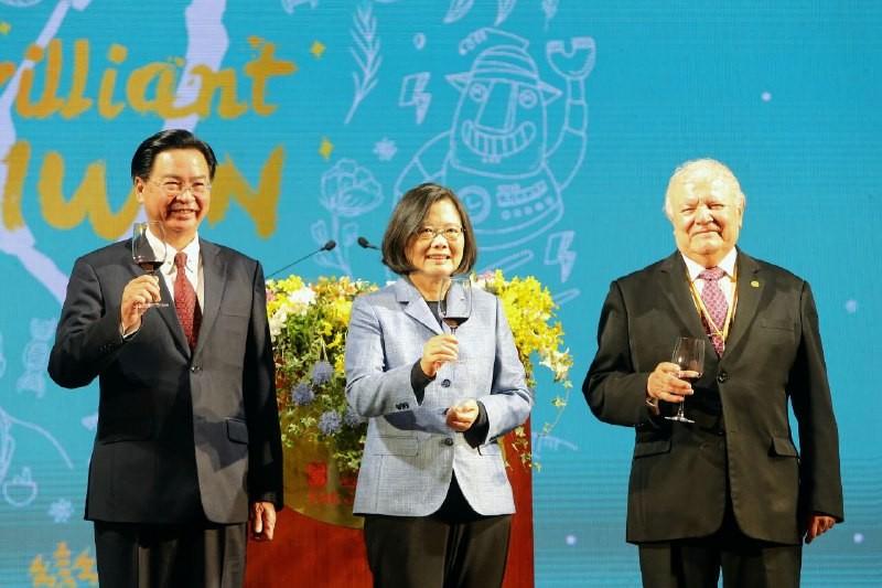 總統、吳部長及駐臺使節團團長尼加拉瓜達比亞大使向現場貴賓祝酒(外交部提供)