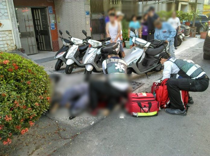 Paramedics on the scene (Photo from Kaohsiung Police Dept.)