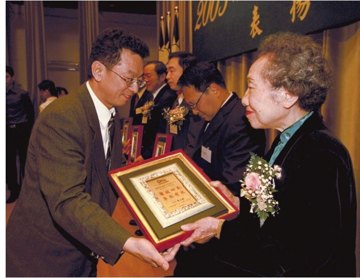 Former Cabinet spokesman Yeh Kuo-hsing (left) (photo courtesy of GIO).