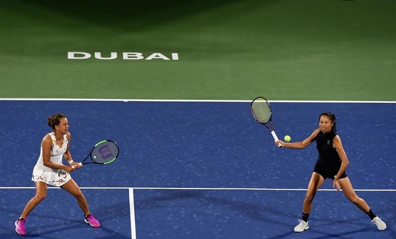 謝淑薇(右)與搭檔捷克女將史翠可娃23日在杜拜女網賽女雙決賽奪冠(圖/twitter.com/WTA)