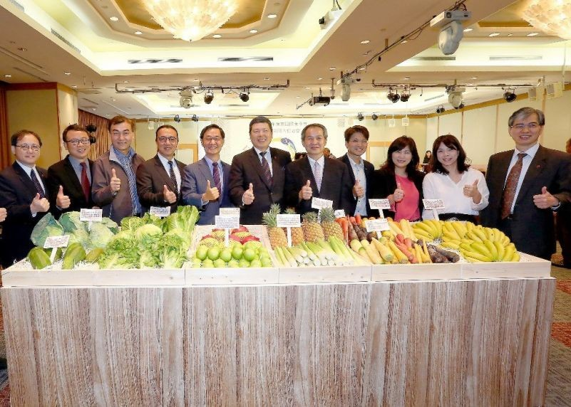 TAITRA President and CEO Walter M. S. Yeh (center) with Agriculture and Trade officials