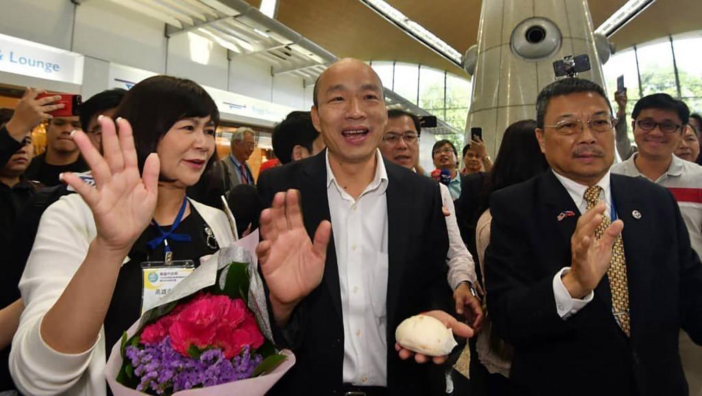 高雄市長韓國瑜(前中)率領行銷團隊出訪,24日下午抵達馬來西亞,受到當地僑胞及民眾熱烈歡迎,還有人特別致贈包子、獻花致意等。(高雄市政府提