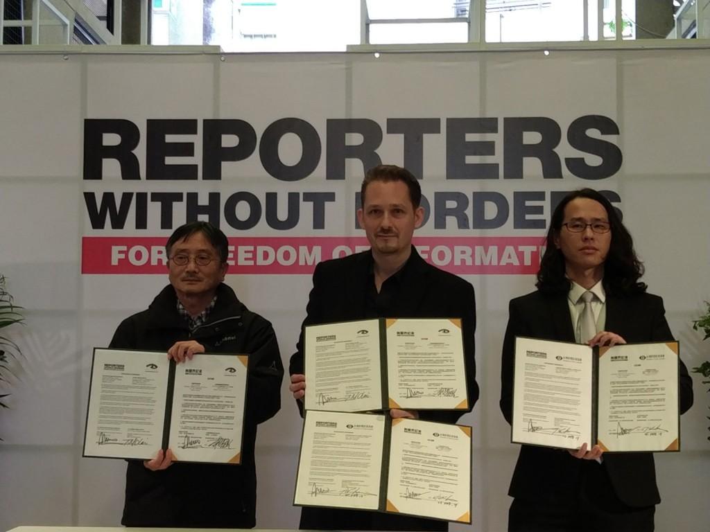 照片左起:台灣媒體觀察教育基金會董事長賴鼎銘、無國界記者東亞辦事處執行長艾瑋昂、台灣新聞記者協會秘書長陳益能於2月25日簽署合作協議。