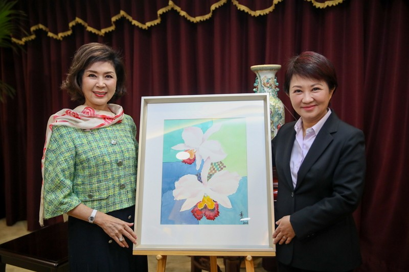 Betty Pai (left) visited Taichung Mayor Lu Shiow-yen (Photo/Taichung City Government)