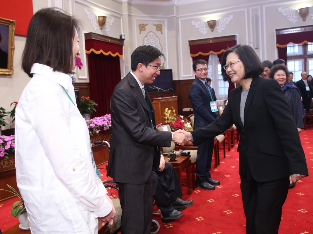 總統蔡英文(前右)26日在總統府接見「參展CES2019TTA科技新創團隊代表」。