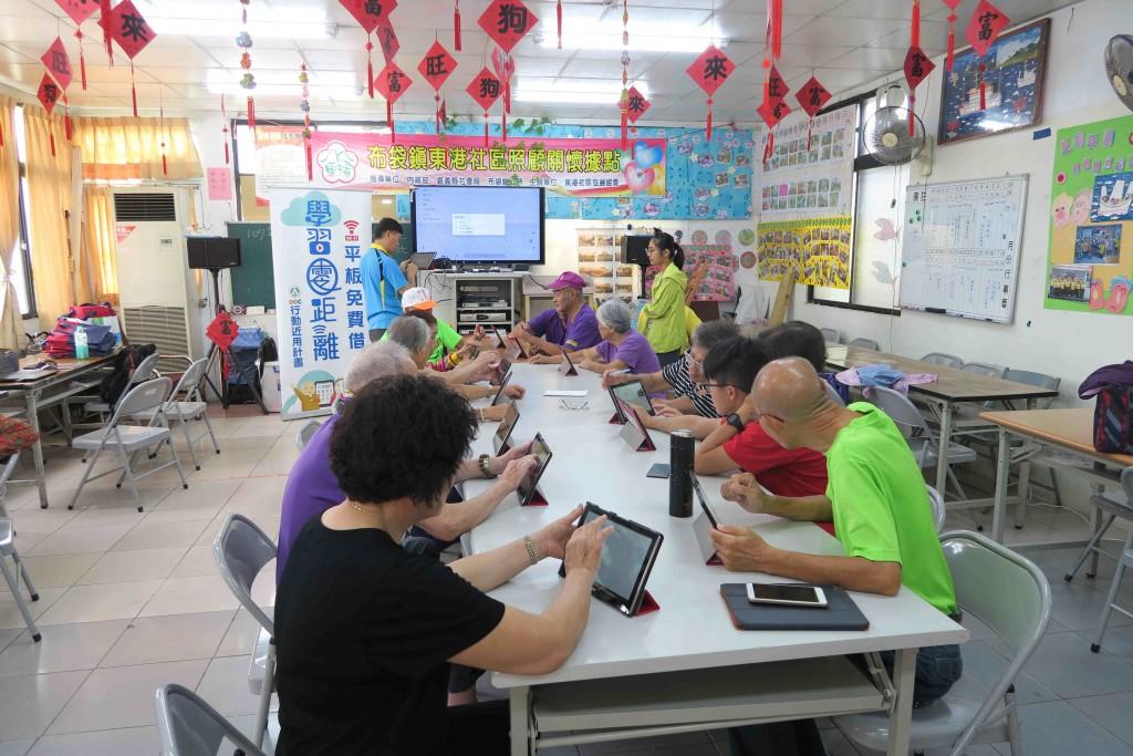 教育部實施「行動近用」計畫,提供平板電腦免費借回家學習(圖/中央社)