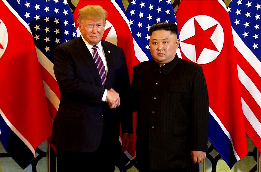 美國總統川普和北韓領導人金正恩今(27)日在河內當地6時30分展開第2次高峰會。(圖/美聯社)