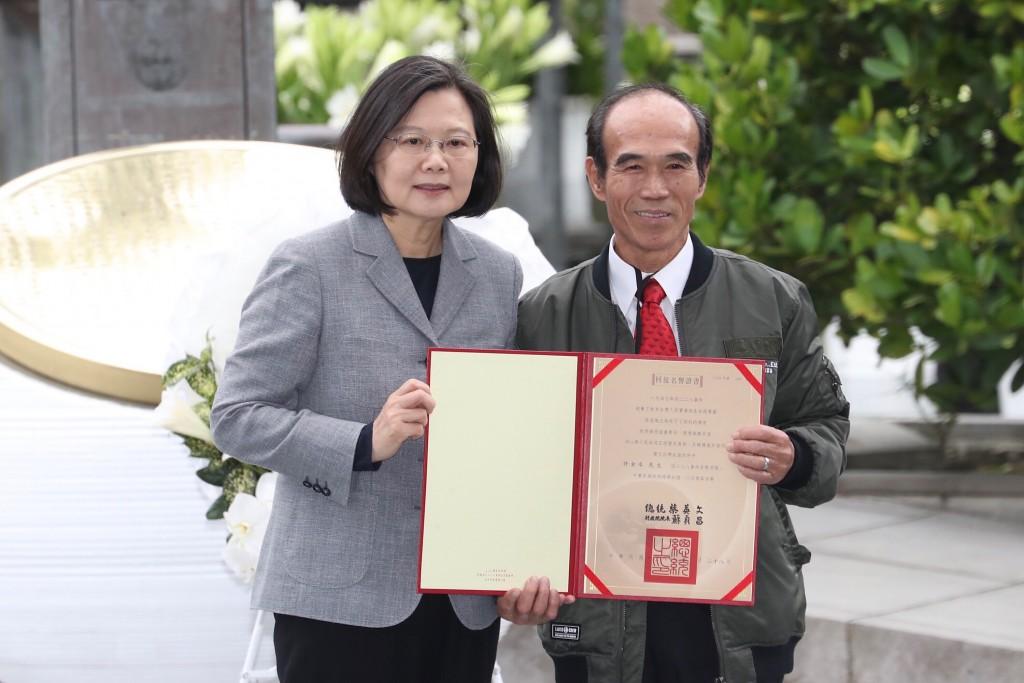 總統蔡英文28日出席228事件中樞紀念活動,並頒發回復名譽證書予受難者家屬(照片來源:中央社提供)