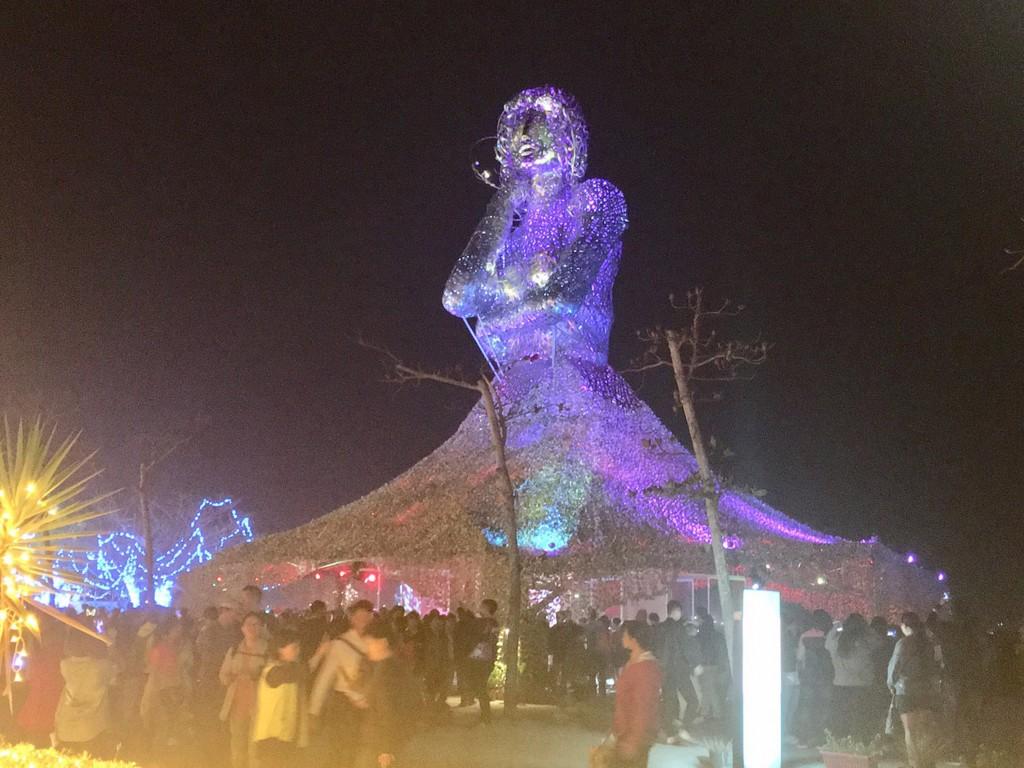 「國際交流燈區」燈飾「海之女神」,由知名藝術家王文志創作(圖/中央社)