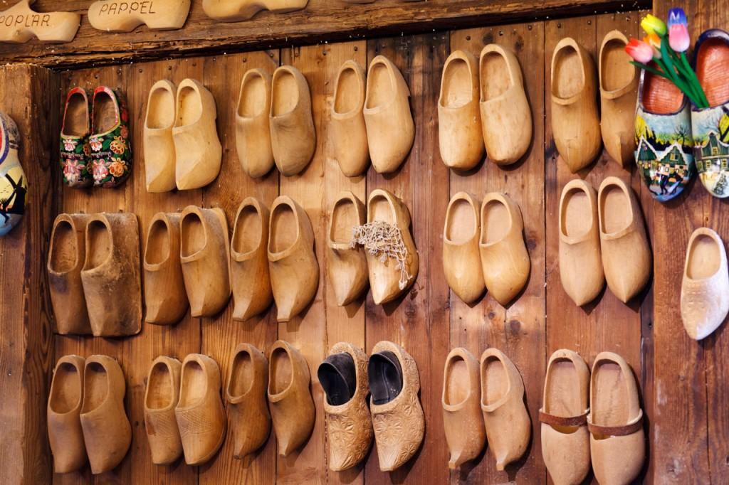 越南新住民以阿里山木材自製木屐。(圖僅為示意圖)
