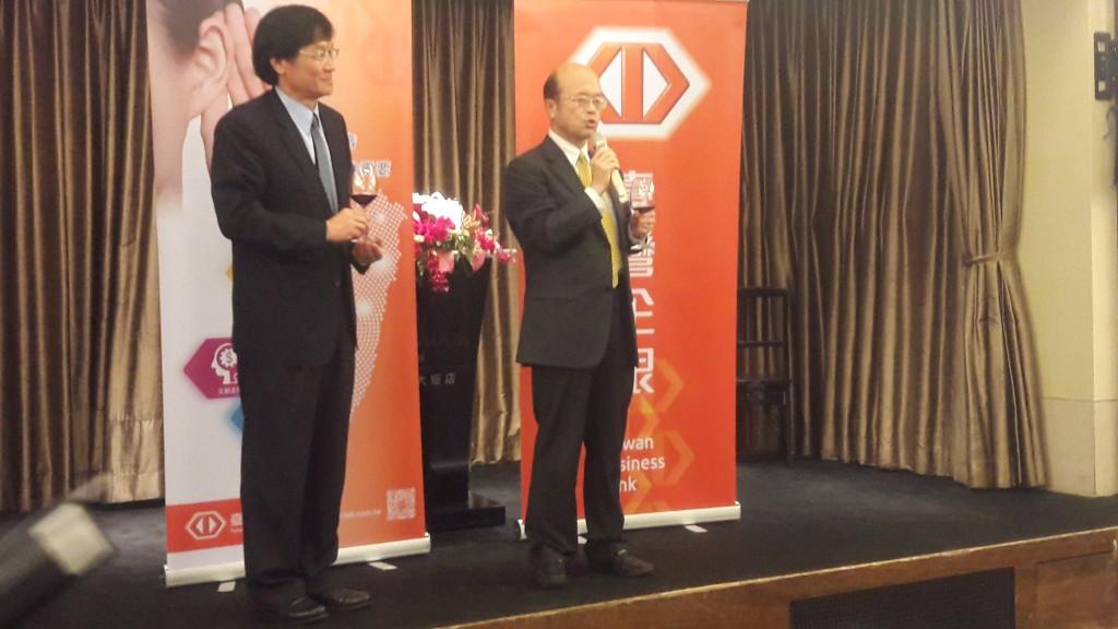 臺灣中小企銀董事長黃博怡(右)與總經理施建安(左)談今年發展遠景