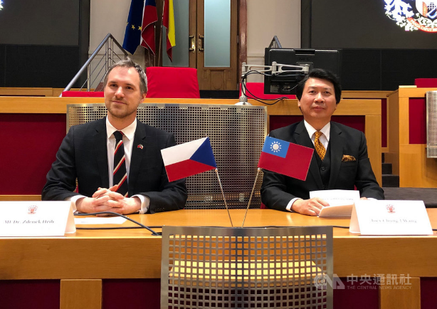 布拉格市長賀瑞普(左)與駐捷克代表汪忠一,7日(當地時間)在布拉格市府一同為台灣建築家謝英俊建築展揭開序幕。。 中央社記者林育立布拉格攝