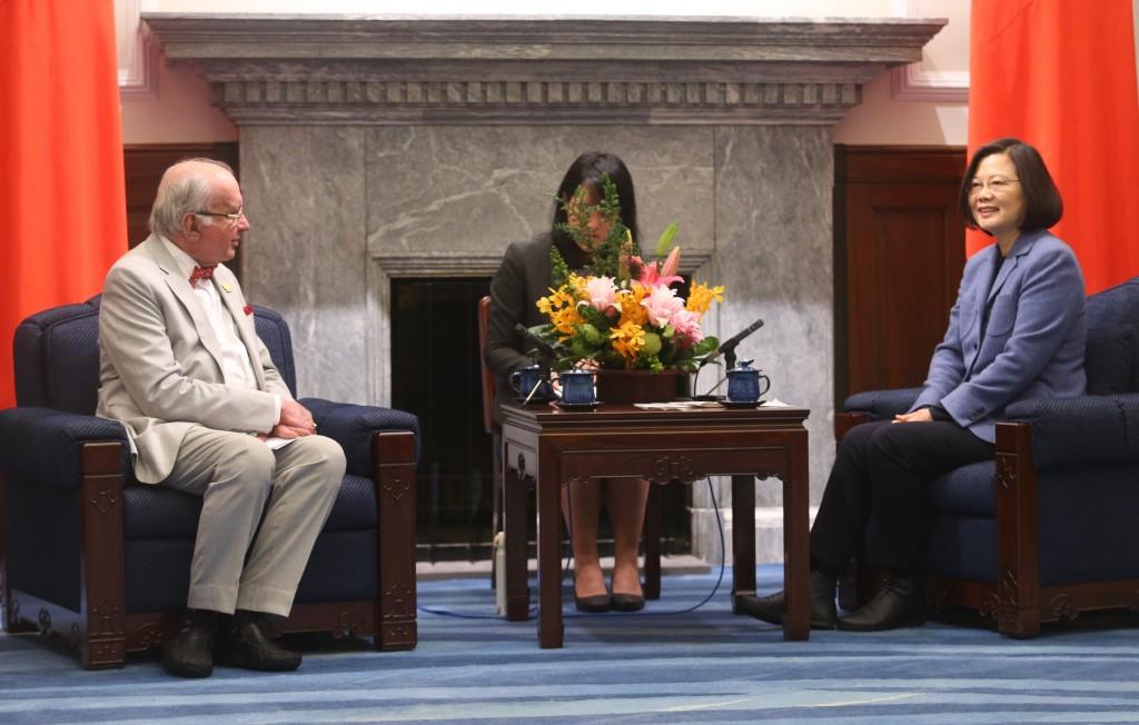 總統蔡英文8日在總統府接見國際婦產科醫學聯盟人員等國內外貴賓