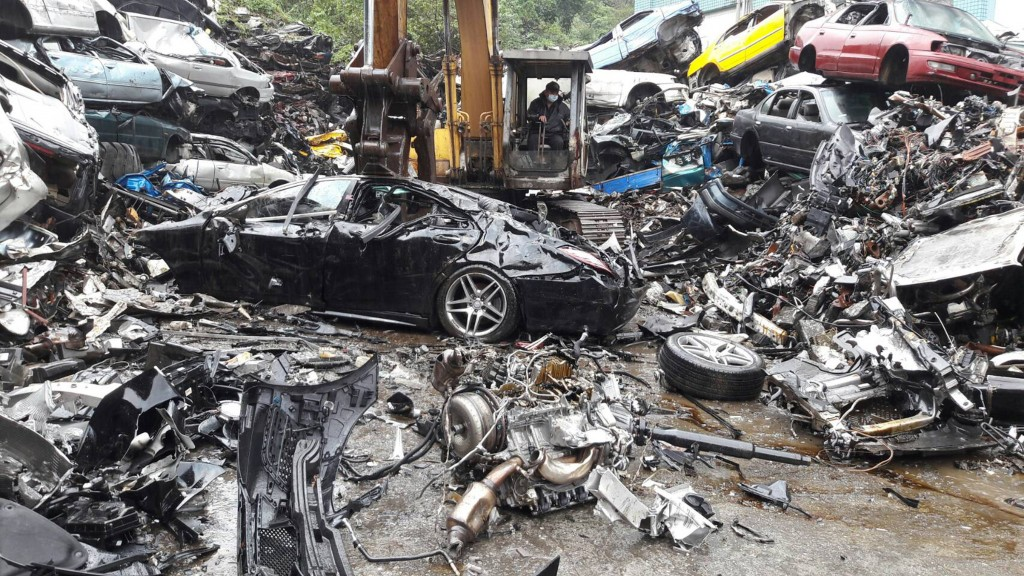 Tearing up a Mercedes S-class (photo from the Keelung Motor Vehicles Supervision Station).