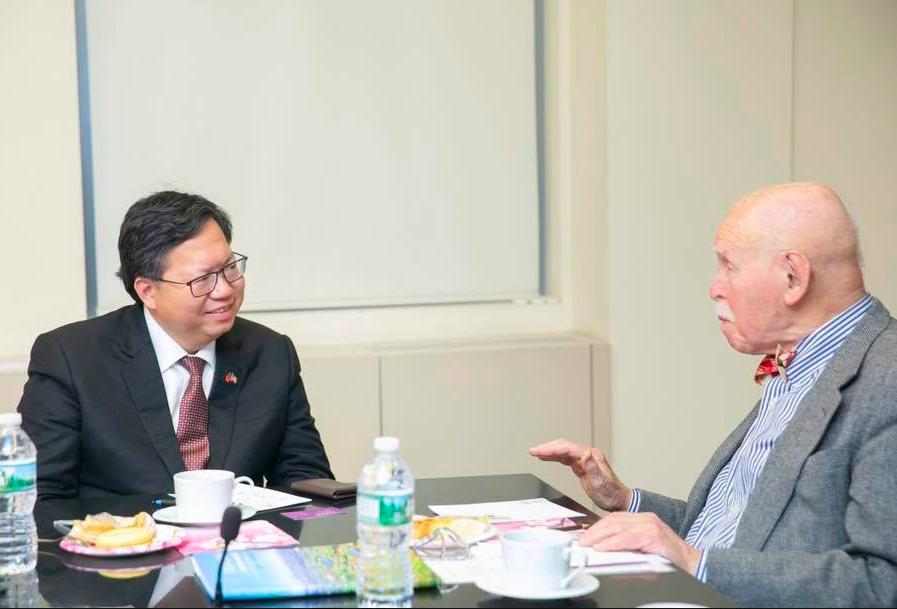 鄭文燦(左)會孔傑榮(右),籲桃園設亞洲人權中心(圖/鄭文燦臉書)
