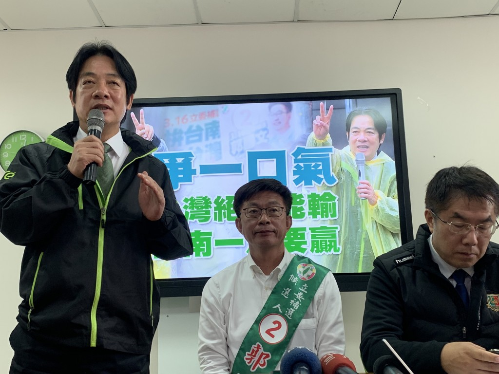 Lai (left) with candidate Kuo (middle) and Mayor Huang (right)