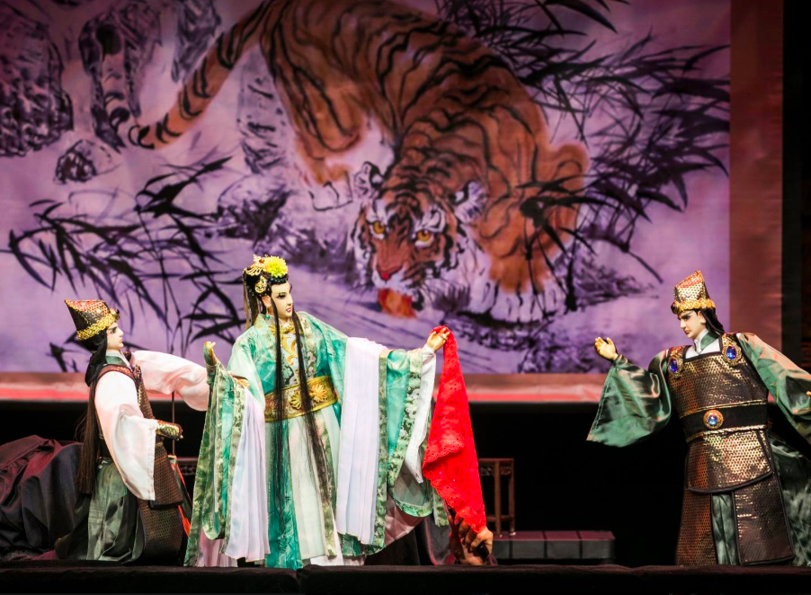 新加坡猴紙劇坊改編京劇「花田錯」,使用台灣布袋戲方式演出(圖/Paper Monkey Theatre facebook)