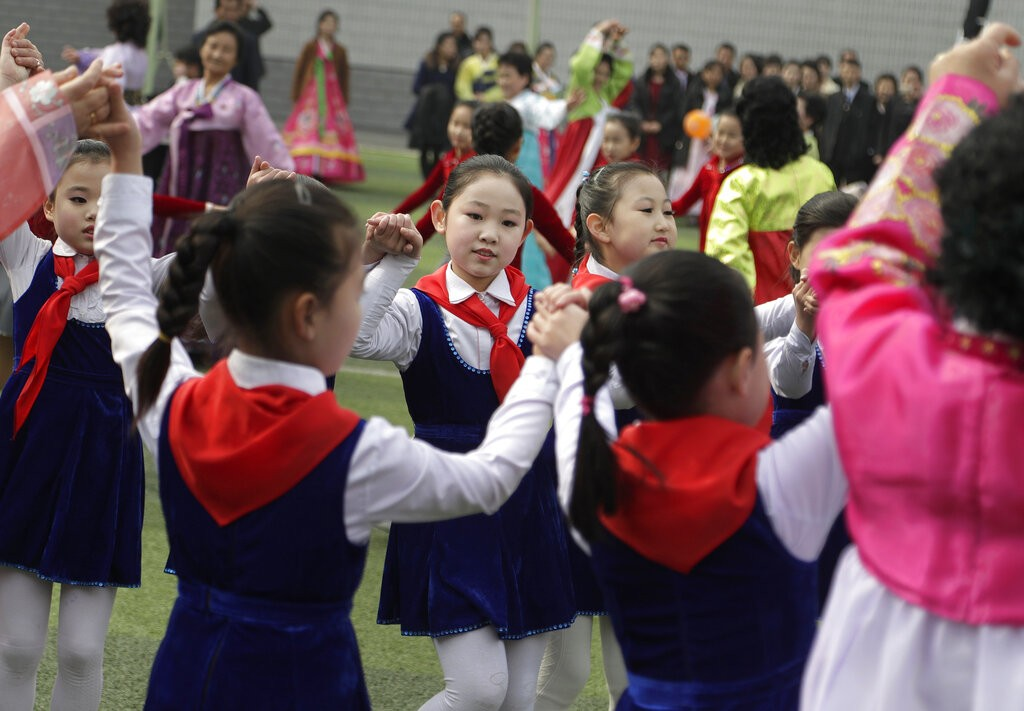 投票所外加入啦啦隊歡欣鼓舞的北韓小朋友(圖片來源:美聯社)