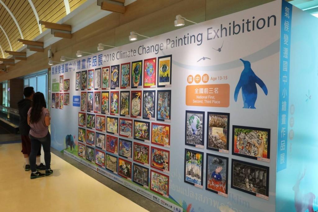 桃園機場之「2018年氣候變遷國中小繪畫作品展」。(照片由台灣永續能源研究基金會提供)