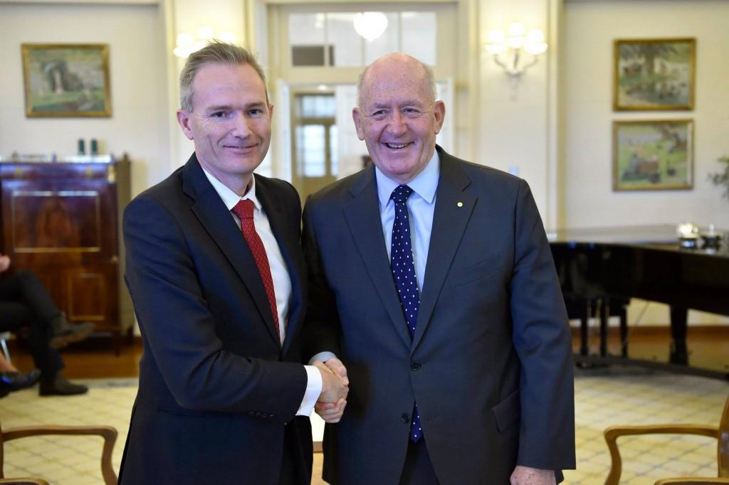 澳洲移民部長柯爾曼(左)今天宣布放寬簽證規定。(柯爾曼臉書)