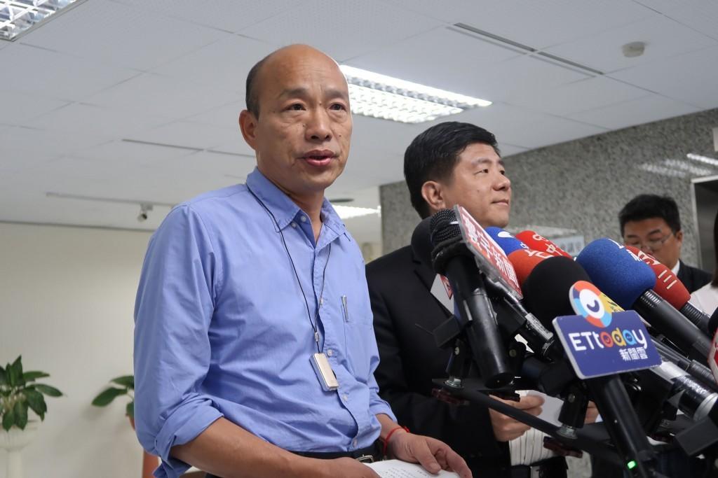 Han Kuo-yu (left).