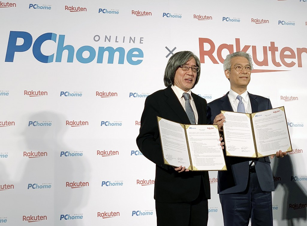 PChome Chairman Jan Hung-tze (left) signed an agreement with Rakuten Asia CEO Hiroshi Takasawa Thursday.